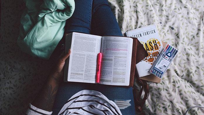 Jak najtaniej kupować podręczniki akademickie? Zobacz i zacznij oszczędzać!