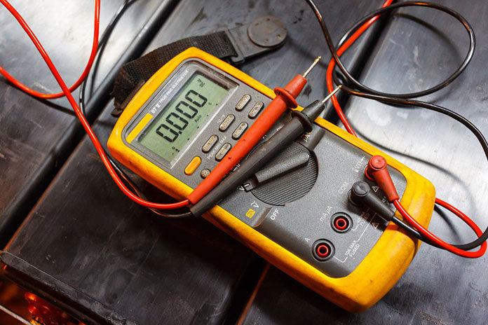 Co mierzy multimetr analogowy?